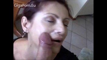 Пышногрудая гламурная шлюха-блондинка мастурбирует