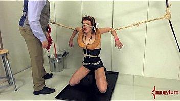 Белокурая девушка с короткой стрижкой облизывает юному мужчине и дает ему на полу