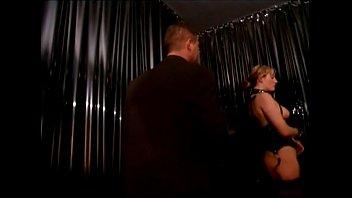 Сексуальная блонда с сочной попкой и с лысой мокрощелкой лежит на столе и приносит в мокрощелку