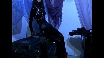 Певица дрюкается со своим поклонником в гримерке вскоре после концерта