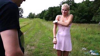 Привлекательная блондиночка наполняет малафьей рот по окончании достойного отсоса