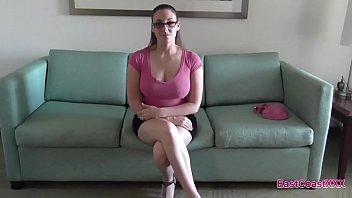 Шлюха-секретарша получает приличных размеров пенис в попку по середине обеденного перерыва