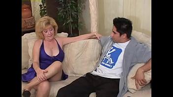 Телка вынуждает парня лобызать ножки и трахает его фаллоимитатором в попку