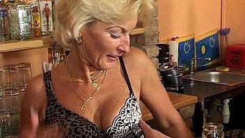 Пацан открыл молнию на попе юный жены и овладел ее вульвой
