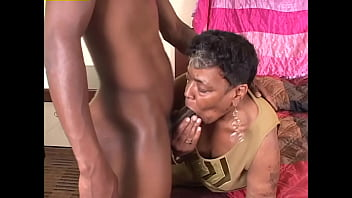 Кавалер натягивает на член молодую кралю и опытную дамочка