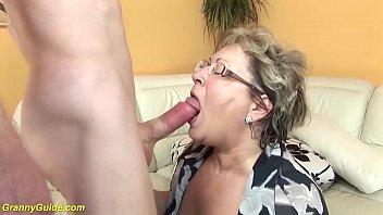 Блонда ласкает вульву секс игрушкой, закинув ноги повыше