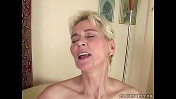 Девушка демонстрирует огромную задницу в темных стрингах перед вебкамерой