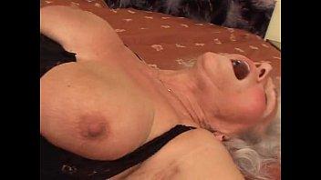 Лысый пацанчик словил воровку и поимел ее на диване