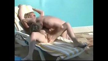 Сальная мамочка показывает и ласкает накачанную анальное отверстие на камеру