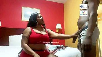 Лесбияночка вогнала членозаменитель в задницу короткостриженной подруги