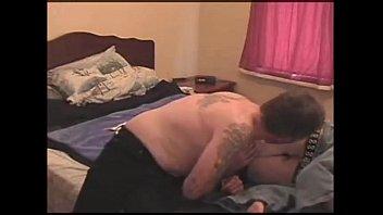 Подруги в нижнем одежду залезают на диван и начинают трахаться