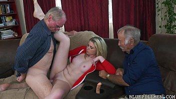 Молодчик с косичкой подложил под огромного свою жену