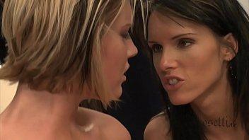 Пацанчик пердолит в анально-вагинальную щель латинку с заросшей лобковыми волосами киской
