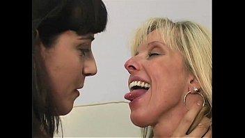 Позитивную привязанную школьницу больно долбят в рот по самые гланды