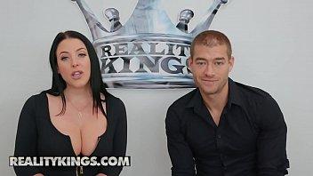 Молодая девушка с выбритой до блеска киской занимается порно с кавалером и берет в рот его приличный большой хуй