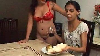 Юный первокурсник пердолит в манду с большими сиськами мать и делает кунилиннус её подруге в нейлоне