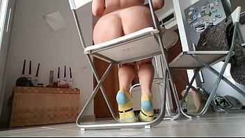 Спортсменка ласкает пизду стоя перед вебкамерой в серых лосинах