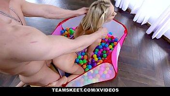 Секс игрушки радуют молодую девушку