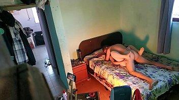 Мужик имеет сексуальную милфу худощавого сложения на кровати